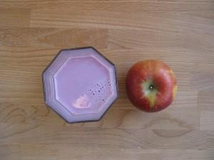Joghurtdrink mit Müsli und Apfel