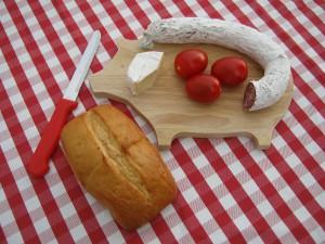 Brotzeit mit Tomaten, Käse und Salami