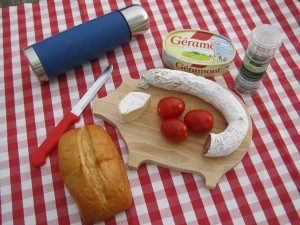 Brotzeit mit Tomaten, Geramont-Käse, Houdek Ring-Salami und Herbaria Salz-Pfeffer-Gewürzmühle